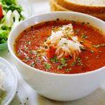 Pyszna zupa pomidorowa z ryżem na bulionie