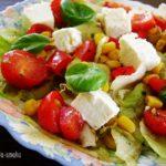 apetyczna kolorowa sałatka grecka