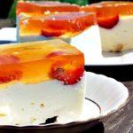 Delikatny sernik na zimno z truskawkami