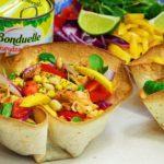 Słodko-ostra sałatka z kurczakiem i mango w miseczkach z tortilli
