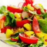 Lekka sałatka ze szpinakiem i pomidorem